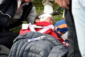 SAINT-QUENTIN-EN-YVELINES, Francia.- La joven fue atendida en el sitio y posteriormente trasladada a una casa de salud. Foto: AP