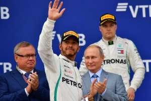 SOCHI, Rusia.- Lewis Hamilton junto al presidente de Rusia, Vladimir Putin, quien le entregó el premio. Foto: AFP
