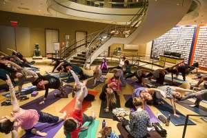 El maestro de 100 años Tao Porchon-Lynch imparte una clase de yoga en el Museo Rubin de Arte en Nueva York. Foto: AP