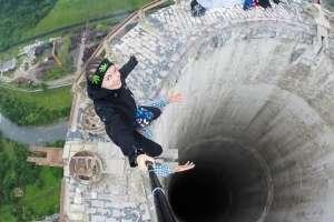 Estos jóvenes arriesgaron su vida para tomarse este selfie en la cornisa de una chimenea.