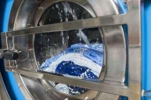 La lavadora comercial Xeros usa pequeñas bolitas de polímeros para quitar la suciedad de los tejidos.