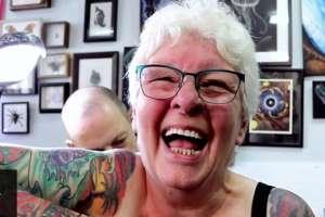 A sus 77 años, Glenys Coope ha retomado su pasión: los tatuajes.