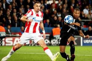 Mbappé dispara ante un defensor del Estrella Roja. Foto: AFP