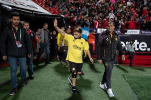 TIJUANA, México.- Maradona saluda a sus fanáticos previo al duelo amistoso contra los Xolos. Foto: AFP