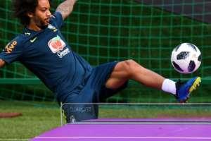 El defensor brasileño Marcelo logra rematar en un juego de teqball.