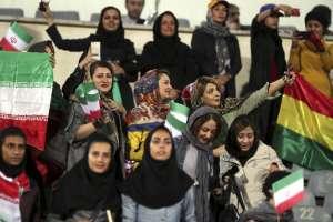 TEHERÁN, Irán.- En una decisión excepcional, ayer se permitió a las mujeres asistir al partido contra Bolivia. Foto: AFP