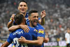 SAO PAULO, Brasil.- Robinho celebra su gol junto al argentino Hernán Barcos. Foto: AFP