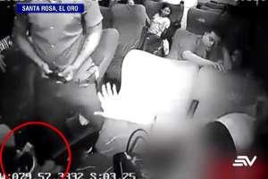 Delincuentes armados roban en bus y golpean a los pasajeros. Foto: captura de video