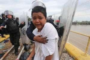 Mario Castellanos fue uno de los primeros en cruzar la frontera entre Guatemala y México en medio de un gran despliegue policial