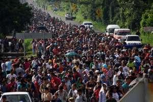 Miles de hondureños en México reanudan caravana. Foto: AFP