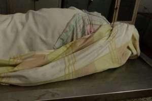 Arnold trabaja en la morgue de uno de los principales hospitales del país sin los medios necesarios.