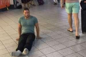 Justin Levene asegura que no tuvo otra opción que arrastrarse por el aeropuerto, pues no estaba dispuesto a usar una silla.
