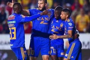 El atacante (der.) anotó el segundo gol para Tigres. El defensor vio la roja en el minuto 22. Foto: Tomada de @julian_quiones3