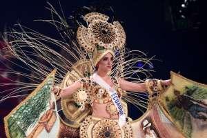 Huet ganó el concurso de traje típico con esta creación. Foto: AFP