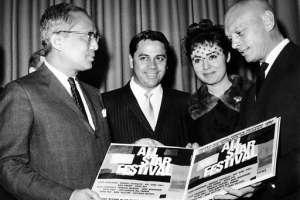 Gatica (2do izquierda a derecha), recibiendo un homenaje del Secretario General de la ONU en 1965. Foto: AP