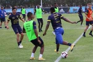 El entrenador Hernán Darío Gómez planteó una posible formación para medir a Perú. Foto: Tomada de @FEFecuador