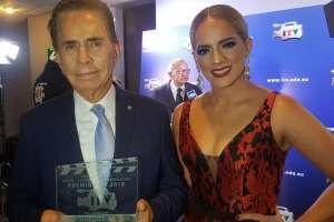 GUAYAQUIL, Ecuador.- Alfonso Espinosa de los Monteros y Gabriela Pazmiño fueron reconocidos en esta gala. Foto: Ecuavisa