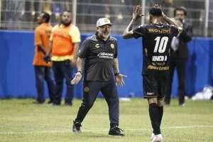 Maradona agradeció a sus jugadores la disciplina demostrada desde su llegada al plantel. Foto: AP