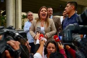 La política recibió el respaldo de sus simpatizantes a su arribo a Guayaquil. Foto: API.