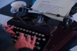 Un punto en una máquina de escribir anticuada se veía como una mancha negra.