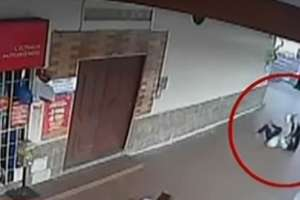Delincuente arrastró y golpeó a una mujer por robarle el celular. Foto: captura de video