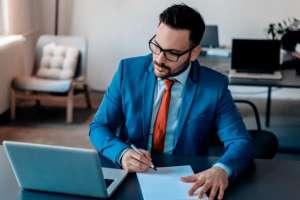 John Pugliano pone bajo amenaza laboral a cierto tipo de médicos, abogados y arquitectos. Foto: Getty Images