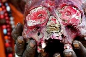 Los Aghori usan cráneos humanos para sus rituales.
