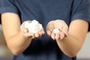Algunos sustitutivos del azúcar son la estevia,el eritritol y el xilitol.