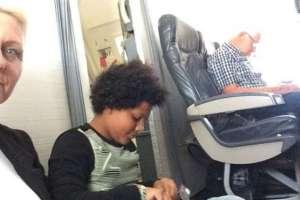 Paula Taylor y su hija pasaron gran parte del vuelo sentadas en el piso. Foto: Paula Taylor