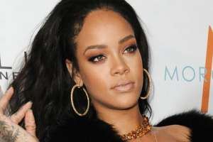 Rihanna demanda a su padre por uso de apellido para negocio. Foto: AP - Archivo