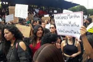 QUITO, Ecuador.- Decenas de personas se concentraron en la capital en rechazo a la violencia contra las mujeres. Foto: API