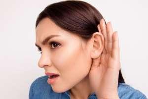 Esta afección es rara y generalmente hereditaria, aunque también puede darse por periodos de estrés.