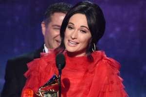 """La cantante de música country Kacey Musgraves recibió el Grammy a álbum del año por """"Golden Hour""""."""