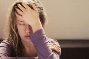 El dolor de cabeza puede desaparecer con un analgésico o aislarnos a oscuras por migraña. Foto: GETTY IMAGES