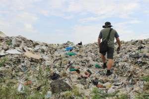 La ciudad de Jenjarom se encuentra sumergida por residuos plásticos.