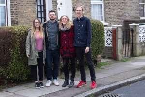 Courtney y Alex McClure, Amy Mitchell y Carl Colston están en el proceso de comprar juntos una vivienda con seis habitaciones.