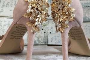 Emma había pedido sus zapatos a medida, y su madre le añadió en secreto un emotivo mensaje.