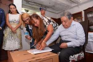GUAYAQUIL, Ecuador.- Luis Freire, de 89 años de edad, ejerce su derecho al sufragio, bajo modalidad de voto en casa. Foto: API