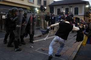 QUITO, Ecuador.- Los manifestantes se enfrentaron con la Policía, que los reprimió con gases lacrimógenos. Foto: API