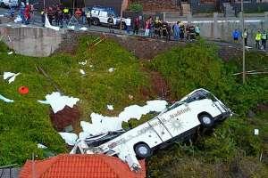 El bus se salió de la carretera en una curva. Foto: AFP