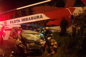 QUITO, Ecuador.- Uno de los siniestros se produjo entre un bus interprovincial y un vehículo liviano. Foto: Cuerpo de Bomberos