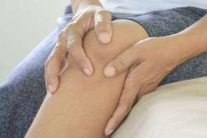 El fabela puede causar dolor en sí mismo a quienes lo tienen en la rodilla.