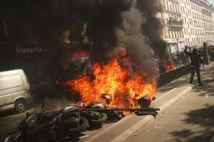 Incendios y ataques durante protesta en París. Foto: AP