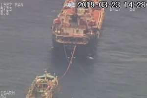 Embarcación ecuatoriana abastece de combustible a barcos chinos. Foto: Armada