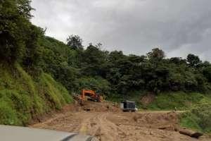 Maquinaria del ministerio de Obras Públicas trabajó en la limpieza de la carretera. Foto: MTOP
