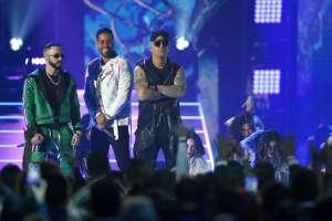 LAS VEGAS, EE.UU.-  Wisin y Yandel junto a Romeo Santos durante la presentación de su tema juntos. Foto: AP.
