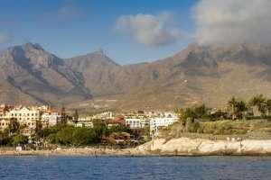 El municipio de Adeje, situado al lado del mar, está rodeado de montañas llenas de cuevas y barrancos.
