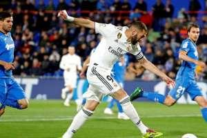 Benzema, delantero del Madrid, remata al arco rival.