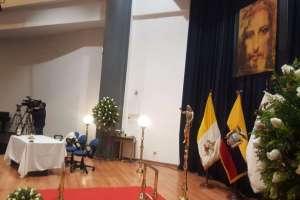 QUITO, Ecuador.- En la PUCE, se levanta una capilla ardiente para despedir a Julio César Trujillo. Foto: API