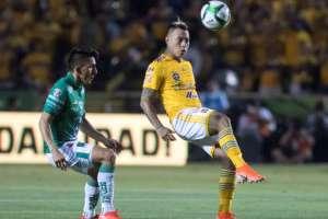Ángel Mena de León (izquierda) marca a un rival de Tigres.